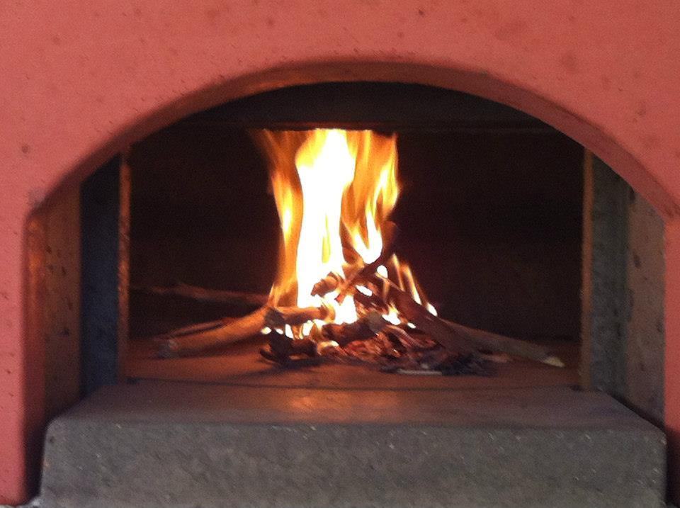 Rozpálení ohně v peci na pizzu